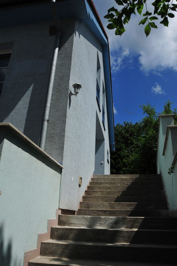 DOM modry Kramare schody